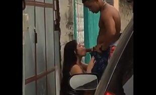 Casada é flagrada na rua mamando traficante dotado