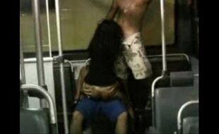 Casal fazendo sexo no ônibus