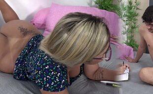 Madrasta gostosa estudando com seu enteado