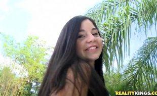 Novinha de 18 anos com buceta peluda