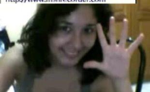 Novinha mostrando melado da buceta na web cam