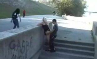 Sexo em público nas escadarias