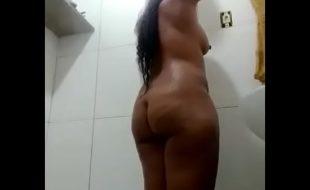 Sobrinho safado flagrou a tia no banho com câmera escondida