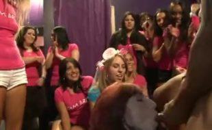Video porno suruba na festa universitaria